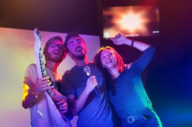 Des amis chantant un karaoké à KaraFun Bar