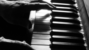5 Backing Tracks that are perfect for beginner pianists